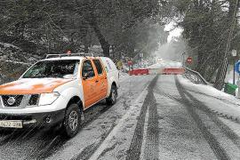 Schnee am Dienstag auf der Straße nach Lluc im Westen von Mallorca. Sie ist auch am Mittwochmorgen noch gesperrt.