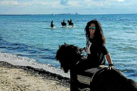 """Petra Grossmann vom Finca-Hotel """"Libertad"""" liebt es, am Strand von Es Trenc im Süden von Mallorca auszureiten."""