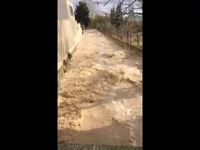 Regen und Sturm halten Rettungskräfte auf Trab