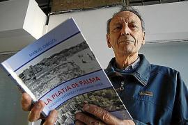 Der Architekt und Stadtplaner Manuel Cabellos mit seiner Buchveröffentlichung.