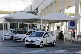 Taxifahrer protestieren gegen Flughafen-Busse