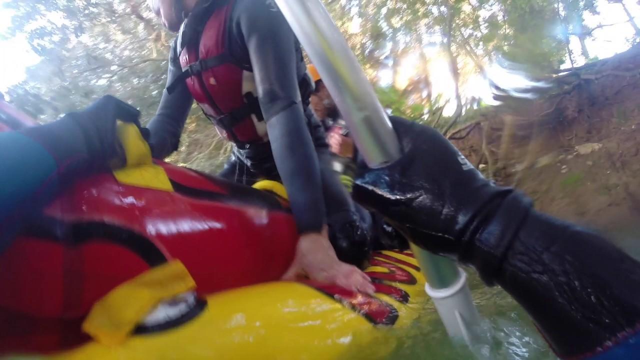 Junge Abenteurer filmen Wildwasserritt auf Mallorca
