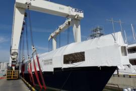 52 Meter lange Segelyacht an Land gehoben
