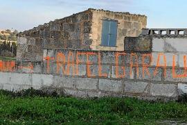 Das Graffiti an einer Gartenmauer in Santa Margalida erinnert an Rafel Garau.
