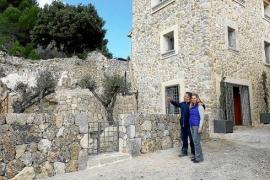 """""""Innen minimalistisch, außen traditionell"""": Tirso Tarragó und seine Frau Hilda ihr haben ihr Haus renoviert."""