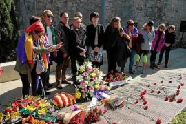 Viele rote Nelken für vier erschossene Politiker