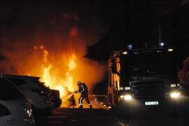 Unbekannte stecken vier Autos in Brand