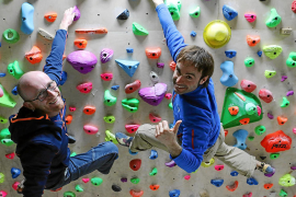 """Iker (l.) und Eneko Pou an der heimischen Kletterwand. """"Wir geben uns Kraft und wissen, dass wir uns immer aufeinander verlassen"""