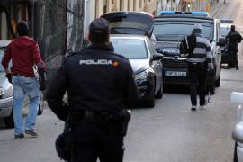 Beamte der Nationalpolizei bei der Drogenrazzia in El Arenal auf Mallorca.