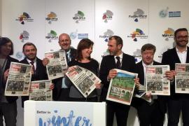 Fototermin mit der Inselpresse: Balearen-Präsidentin Francina Amengol mit der spanischen Tageszeitung Ultima Hora, rechts neben