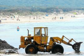 Umstrittene Strandreinigung an der Playa von Es Trenc.