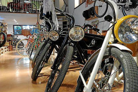 Zehn Modelle des robusten E-Bikes stehen bereits in seinem Laden in Palma zum Verkauf und zur Vermietung bereit.