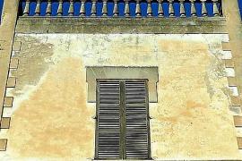 Die Fassade der Villa vor der Renovierung (hier eine Teilansicht).