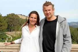 Chantal Verheijen und Arndt Schilkowski auf der Turmterrasse ihrer Villa in Son Roca.