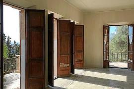 Der Hauptsalon des Hauses geht hinaus auf die Terrasse, die den Raum an zwei Seiten umgibt.
