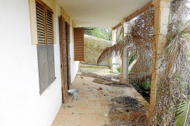 """So sah die überdachte Terrasse, der """"porche"""", kurz nach dem Hauskauf aus."""