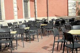 Außenterrasse des Gastronomiemarkts San Juan in Palma de Mallorca.