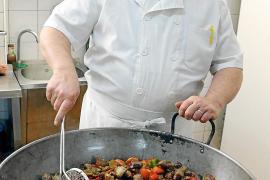 Küchenchef Toni Rigo schwingt seit 30 Jahren im Celler Can Ripoll den Kochlöffel.