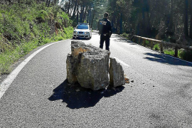 Felsbrocken erschlagen beinahe drei Motorradfahrer