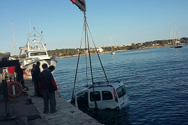 Mann parkt Lieferwagen im Meer