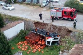 Der Unfall sorgte für Schreckensmomente in Sóller im Westen von Mallorca. Doch auch die beiden Insassen des Lastwagens blieben u