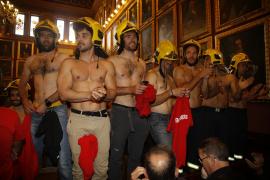 Feuerwehr protestiert halbnackt im Stadtrat