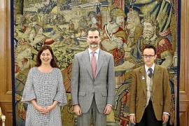 König Felipe mit Balearen-Ministerpräsidentin Francina Armengol und Joan Punyet Miró, einem Enkel des Künstlers Joan Miró.