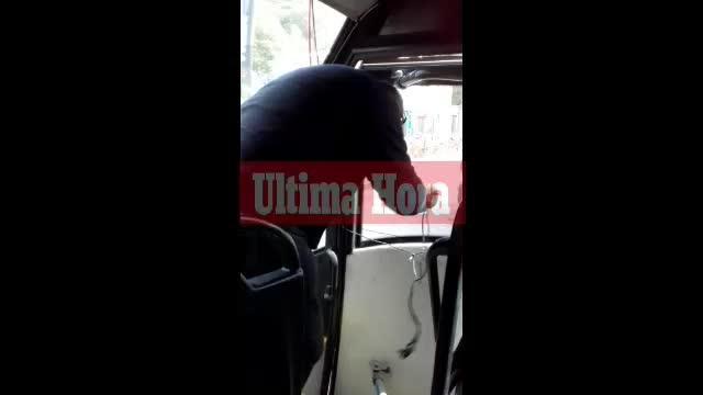Fahrgäste filmen einen maroden Bus