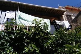 Beim Wäscheaufhängen vom Balkon gefallen