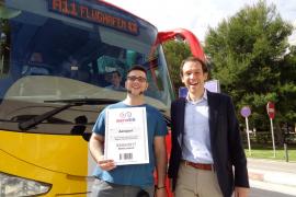 Der Deutsche Joel Peixoto durfte mit dem balearischen Verkehrsminister Marc Pons für ein Pressefoto posieren.