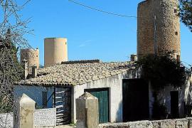 Die Windmühlen prägen das Bild des Ortes