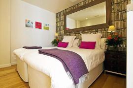 Bequeme Betten und eine unaufdringliche Wohlfühlatmosphäre schaffen ein modernes Hotelzimmer.