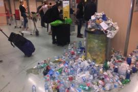 Ibizas Flughafen versinkt in Müll
