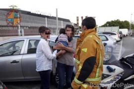 Feuerwehr rettet Baby aus verschlossenem Auto