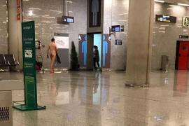 Exhibitionist am Flughafen auf Mallorca.