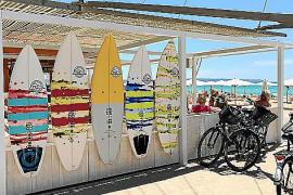 """Hell, freundlich und stylisch wirkt das letzte Chiringuito. Statt Balneario 15 heißt das Lokal jetzt """"Surf Camp Palma Beach"""""""