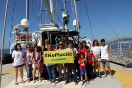 Eine Besuchergruppe an Bord des Greenpeace-Schiffes