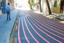 Palma lässt Straße mit pinken Streifen bemalen