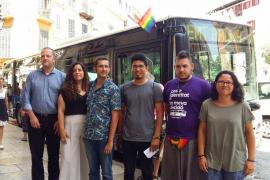 Palmas Busse fahren mit Regenbogen-Fahnen