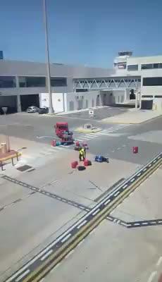 Airport-Mitarbeiter warf Gepäck durch die Gegend