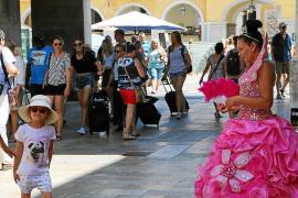 Gerade kleine Mädchen sind vom Kostüm der verkleideten Prinzessin begeistert.