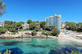 Das Hotel thront auf der Meeresklippe direkt neben der Strandbucht von Portals Nous.