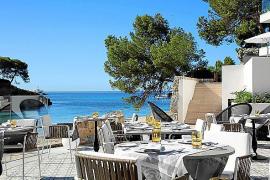 Gefrühstückt wird auf der Sonnenterrasse direkt am Meer. Das Hotel besitzt auch ein Gourmetrestaurant.
