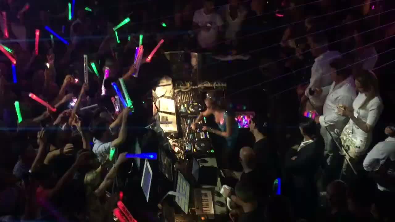 Paris Hilton debütiert erfolgreich in Mallorca-Disco