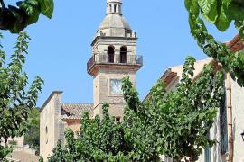 Der Kirchturm ist Orientierungspunkt im Ort