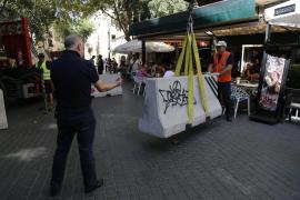Am Freitag wurden die ersten Barrieren an der Plaça d'Espanya aufgebaut.