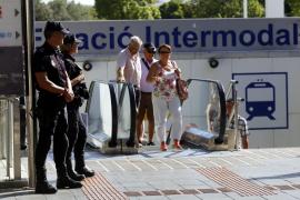 Ordnungshüter beobachten das bunte Treiben auf der Plaça d'Espanya.