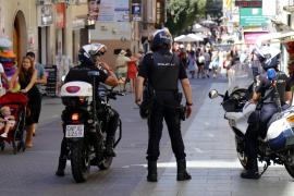 Polizisten in der Einkaufsstraße Olmos.