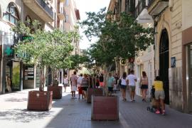 Bäumchen in großen Kübeln sollen die Carrer Sant Miquel sicherer machen.