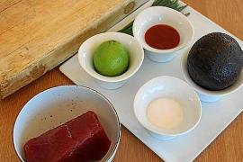 Neben dem Fisch verwendet der Koch Limette, Avocado, Salz und asiatische Kimchi-Sauce.